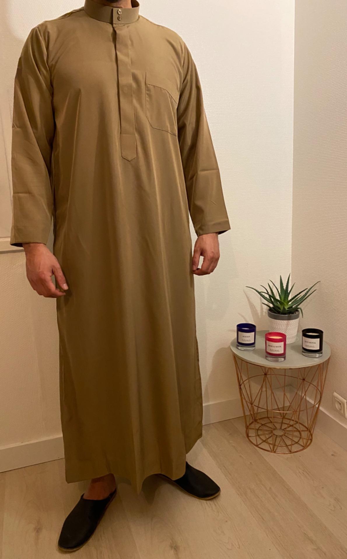Ce Qamis Classic marron est le vêtement traditionnel des pays du golfe comme l'Arabie saoudite, le Qatar, le Koweit ou encore Dubai.