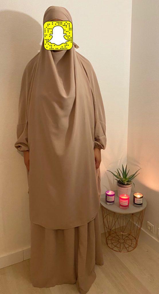 Jilbab 2 pièces avec jupe Tissu opaque , fluide , très léger.Elastique au poignet avec cordon de maintient pour que les manches tiennent