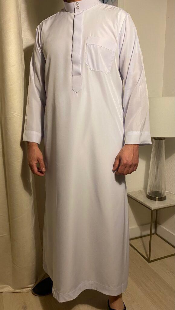 Qamis Classic Blanc – هواهينغ vêtement traditionnel des pays du golfe arabe comme l'Arabie saoudite ou encore les Emirats Arabes Unis.