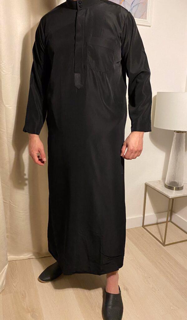 Qamis Classic Noir – هواهينغ est le vêtement traditionnel des pays du golfe arabe comme l'Arabie saoudite ou encore les Emirats Arabes Unis.