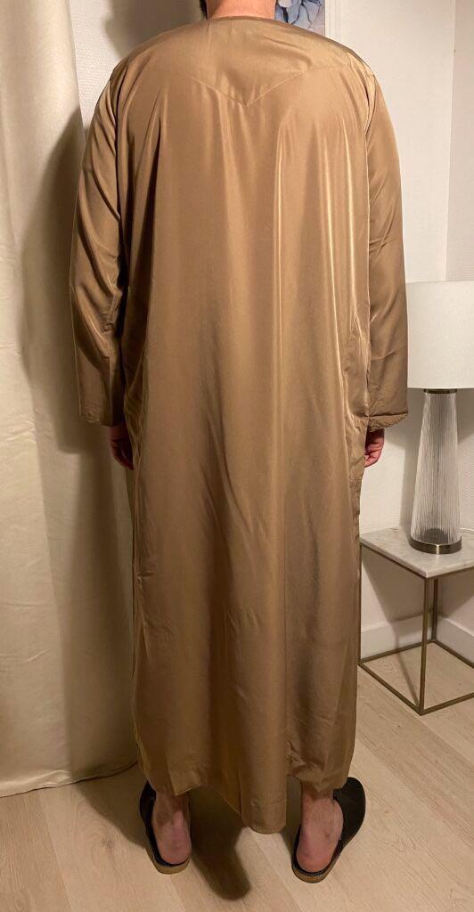 Qamis Emirati Marron Avec Cordon – هواهينغ Il s'agit de la tenue traditionnel des émiraties il est grandement apprécié sur le marché.