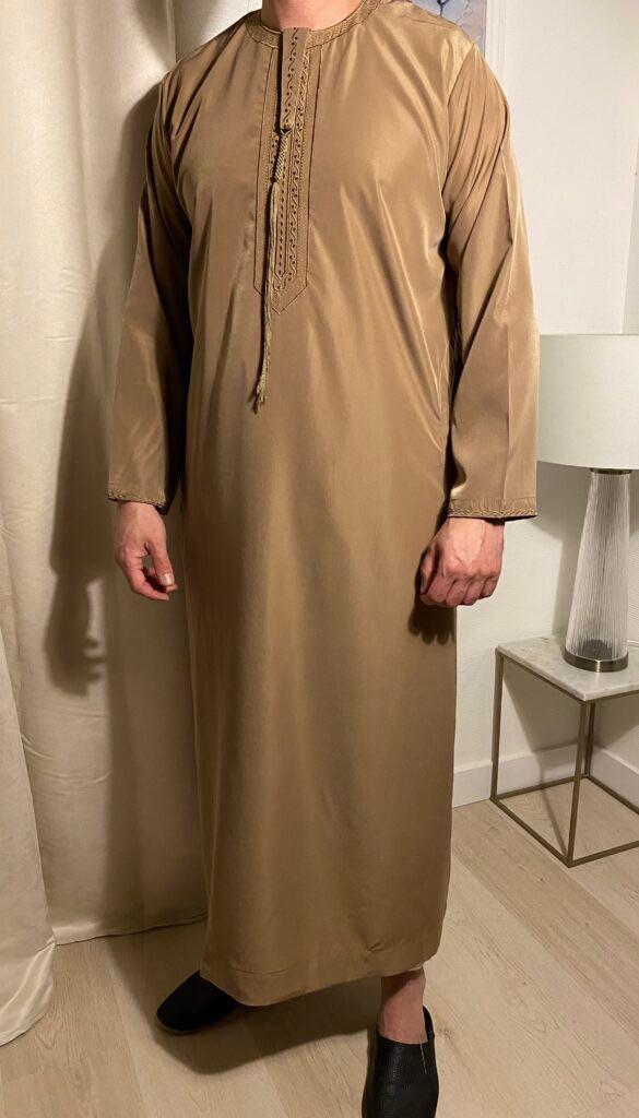 Qamis Emirati Marron Avec Cordon – هواهينغ ou Abaya homme, se décline en plusieurs modèles. Ce modèle trouve son origine aux Emirats Arabes