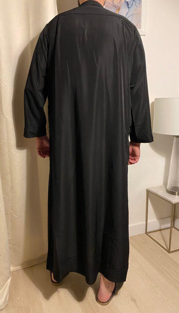 Qamis Classic Noir – هواهينغ vêtement traditionnel des pays du golfe l'Arabie saoudite, le Qatar, le Koweit ou les Emirats Arabes Unis.