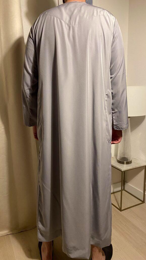 Qamis Emirati Gris Avec Cordon – هواهينغ Il s'agit de la tenue traditionnel des émiraties Il est grandement apprécié sur le marché.