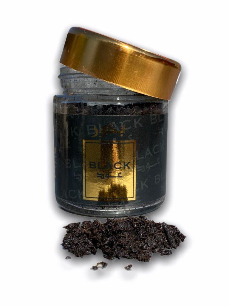 Bakhour Black Oud 30g Banafa For Oud d'Arabie saoudite se présentent sous une forme floconneuse, poudreuse saupoudrer sur un charbon ardant