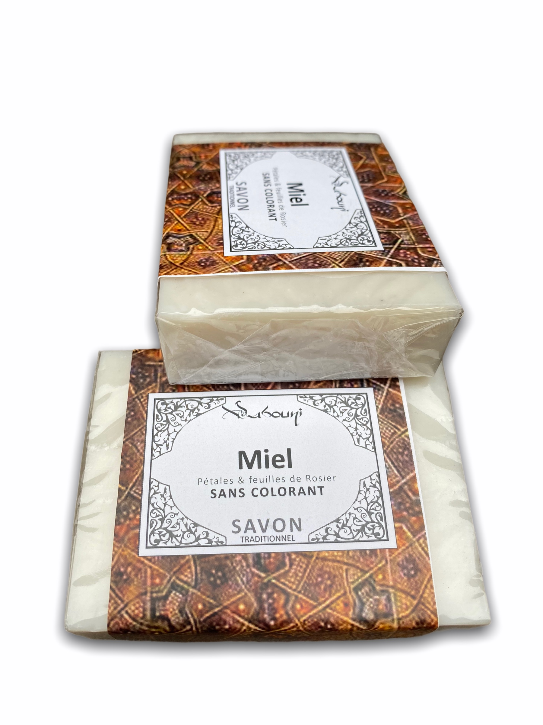 Le miel est vraiment un excellent produit naturel qui respecte et prend soin des peaux les plus sensibles et abîmées. Sans parler de sa délicieuse odeur, le savon au miel répare les épidermes fragilisés.