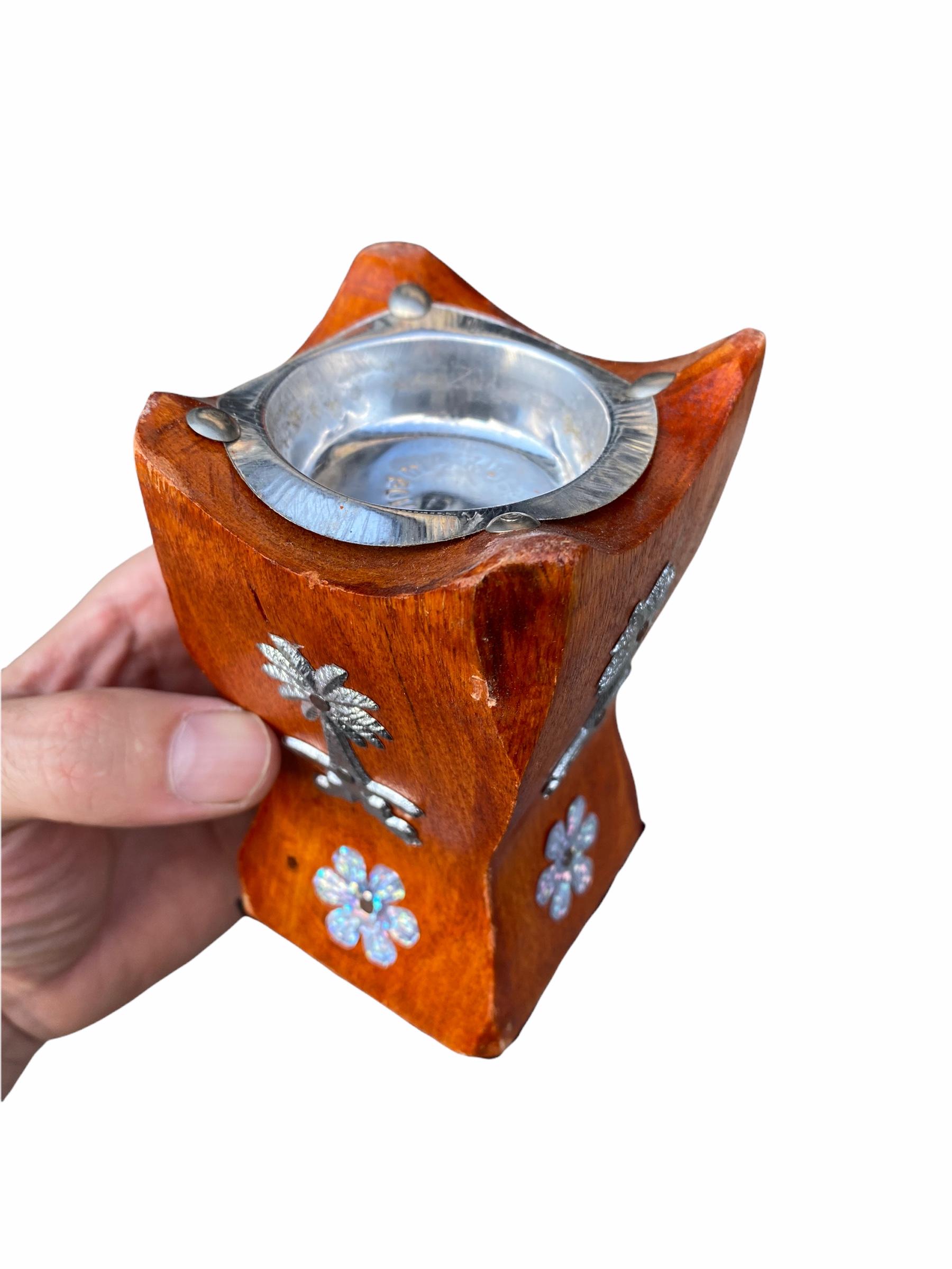 Encensoir en Bois Artisanal déposé votre charbon ardant sur la partie métallique puis votre bakhour par dessus afin de parfumer votre maison